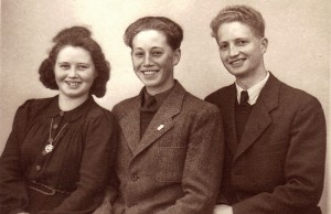 Arne og hans søskende. Billedet er fra 1947, og her ses Helga Hansen, født i 1932, Hans Martin Jeppesen, født i 1930, og endelig storebror, Arne Skjelsager, der blev født i 1927.