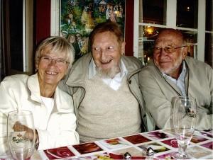 Arne Skjelsagers engagement udi visens ædle kunst har givet ham mange venner over hele landet. Her ses han sammen med Tove og Per Mark ved Cirkusrevyen på Nybo Kro i 2008.