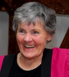 """Herdis Kvarnø er en Visens Venner meget dygtige sangere. Hun er uddannet hos Otto Hænning, og hendes performance bærer præg af en fremragende musikalsk baggrund. Herdis Kvarnø har livet igennem været begavet med et fremragende naturligt sangtalent. Ved sommerstævnet synger hun blandt om """"Reverdilsgade og """"Mit Tivoli""""."""
