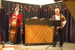 """Hanne Juel, akkompagneret af bassisten Verner Lund og pianisten Grete Hermansen, sang den gribende """"Nu tændes tusind julelys"""" af Emmy Köhl. Senere sang hun for på fællessangen """"Der er noget i luften"""", skrevet af Vilhelm Gregersen i 1913. Foto: John Stæhr)"""