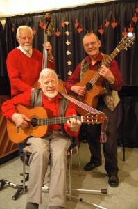 Aftenens visevært, John Osted, siddende, samt Per Kruse til højre og Verner Lund serverede en fejende flot aften til ære for digteren Halfdan Rasmussen. (Foto: John Stæhr)
