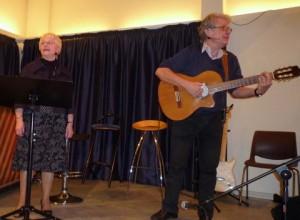 """Laila og Jørgen Nielsen, lynskudt, mens de sang """"En yndig lille fjer"""". I sangen anbefaler Jørgen, at man sprænger baren, fordi han er """"tørstig"""", mens Laila synes, at det er at gå for vidt - denne spænding er ganske tydelig på billedet. (Foto: Jørgen Johansen)"""