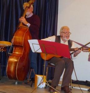 Aftenens vise-vært, John Osted, var tændt som en 17-årig med en 85-årigs visdom i sine fortolkninger - stærkt og solidt akkompagneret af vores alle sammens bassist, Verner Lund, og resten af husorkestret. (Foto: Jørgen Johansen)