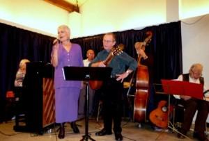 Laila Maegaard og Per Kruse, akkompagneret af husorkestret synger Halfdan på John Osteds store aften.