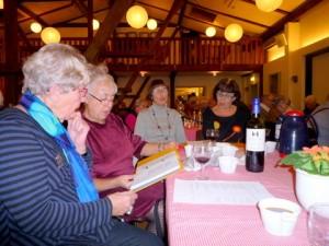Publikum nød de mange fællessange, valgt af aftenens vise-vært John Osted. (Foto: Jørgen Johansen)
