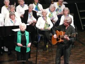 Visesangeren Laila H. Nielsen og Jørgen Nielsen fik smilet frem hos de glade sangere fra Skovgårdens kor, mens de lyttede til den gribende og morsomme sang om de troløse ungersvende i Venedig.