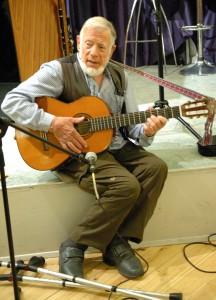 """Den kendte og elskede visesanger, John Osted, fremførte Niels Hausgaards udødelige """"..Så deeet.."""" me stor succes. Foto: John Stæhr. TV Fredensborg."""