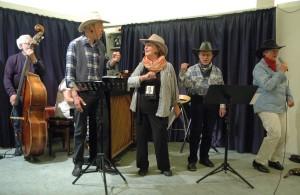 """Smæk for skillingen fik publikum, da fire raske cowboys i flere køn med brask og bram og megen finesse sang """" Vi er fire gutter"""" fra filmen """"Præriens skrappe drenge"""""""