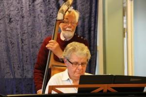 Det swinger, når orkestret er så heldige, at bassisten Verner Lund spiller med.