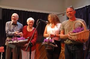 Solisterne hyldes med en ganske beskeden erkendtlighed. Fra venstre ses Per, Tove, Hannah Maria og John Osted