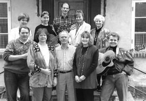 """Vokalensemblet """"Rundt om Bordet"""" Startede i Allerød. Her ses sangerne foran Irisgårdden i forbindelse med en koncert i bymidten."""
