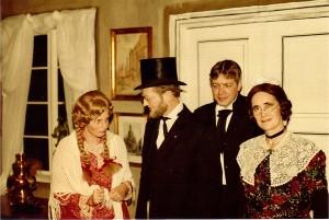"""Blandt Sct. Georgs Gildets mange aktiviteter var opførelsen af syngespillet om """"Nødebo Præstegaard"""". Her spillede Arne rollen som studepranger. Yderst til venstre ses Arnes senere 2. hustru i rollen som studehandlerens datter. De to øvrige er Gildesbroder Arne Christensen og Maren Andersen."""