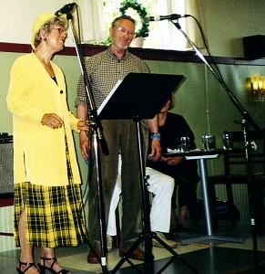 Man skal lære noget hele livet. Derfor deltager Arne og Annet så godt som altid i sommerens kurser på Uldum Højskole. På billedet ses han i en øm duet med Bente Lysdahl, ligeledes fra Visens Venner Furesø. Året er 2004.