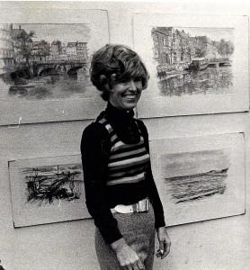 Bente Lysdahl – en kunstner i konstant udvikling også inden for sang og performance. Foto fra hendes første udstilling på biblioteket i Herlev i 1972.