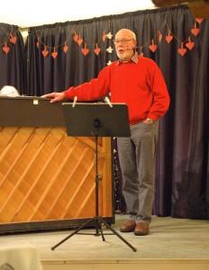 """Jørgen Johansen, der normalt er 1. violinist, optrådte blandt meget andet også som visesanger med Jens Louis P. og Henrik Blichmanns """"Flæskekammen"""". (Foto: John Stæhr)"""