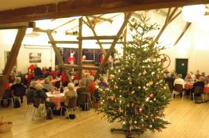 Dansen om juletræet var et af julefestens store øjeblikke. I år var der så mange, at man måtte danne flere kæder af juleglade medlemmer, der valgte at træde dansen om træet. (Foto: John Stæhr)