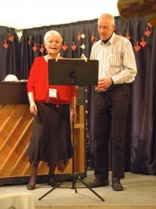 Viseforeningens nye formand, Laila Donovan Maegaard, og foreningens kasserer, Hans Aagaard, satte et morsomt og stemningsfuldt punktum for aftenens musikalske perlerække. (Foto: John Stæhr)