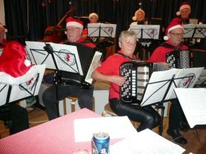Østsjællands Harmonikaorkester med Gitte Sivkær som dirigent underholdt, da Visens Venner Furesø holdt julefest. De mange tilskuere kunne glæde sig over den dejlige julemusik, der blandt meget andet også havde Mozarts Ave Verum Corpus på programmet. Foto Jørgen Nielsen.