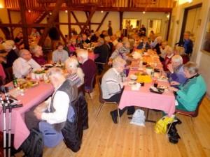 Traditionen tro, begyndte viseaftenen med spisning af den medbragte madkurvs indhold, og snakken gik rask henover bordene. (Foto: Jørgen Johansen)