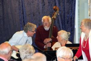 Topmøde omkring klaveret. Fra venstre Jørgen Nielsen, Bassisten Verner Lund og endelig kapelmester Grete Hermansen.