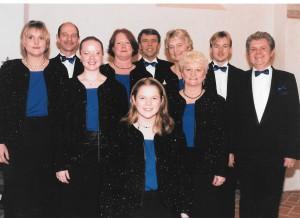 """Vokalensemblet """"Rundt om Bordet"""" har også haft fornøjelsen at optræde i flere omgange på den hæderkronede """"Græsted Kro"""". Her ses ensemblet i """"Galla"""" lige før en Candle Light concert i den smukke gamle kro."""